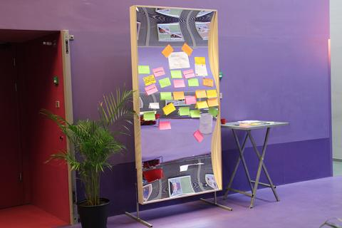 A (laughing) mirror of possibilities. During a network meeting, visitors could post their search query on the XXL mirror with a post-it. Very successful initiative!