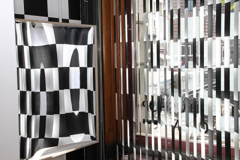 Here you see the laughing mirror on the left and the black and white painted slats on the right. Or not?