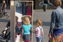 The laughing mirrors were prominent in the street scene in the city center. Various Brabant slogans have been placed on these laughing mirrors.