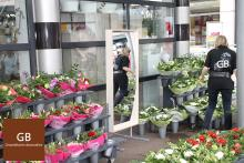 Surprising effect at a flower shop. Laughing mirrors attract the attention of the children in a fun way, as well as the parents are challenged to stand in front of them!