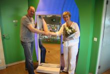 Ronald Kooij presents Marijke Peer with a nice mobile laughing mirror for the VU MC KINDERSTAD.